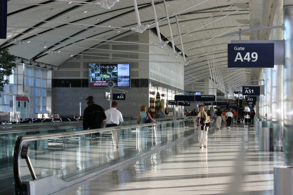 detroit-airport-happy-traveller