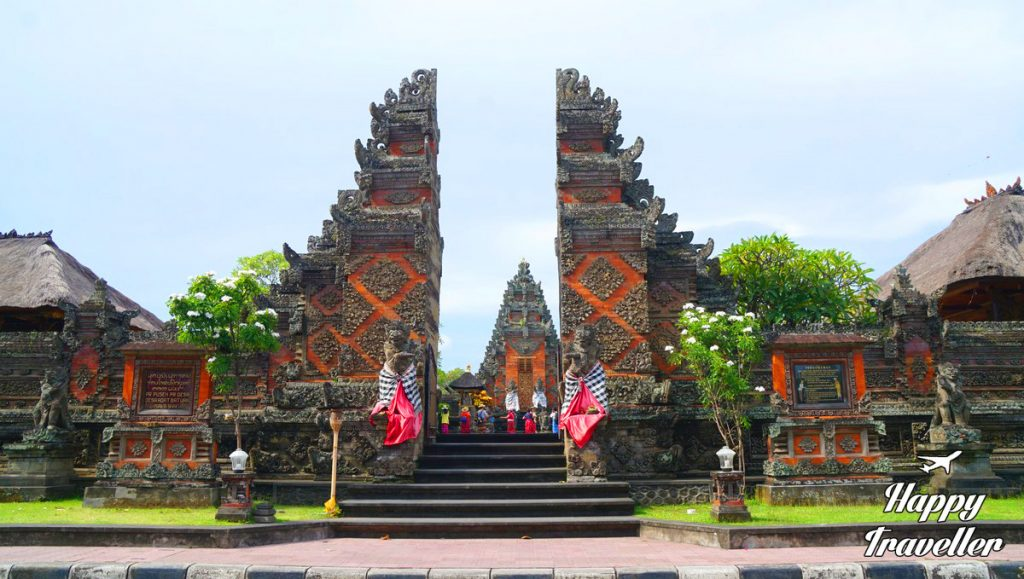 batuan-temple-happy-traveller-bali
