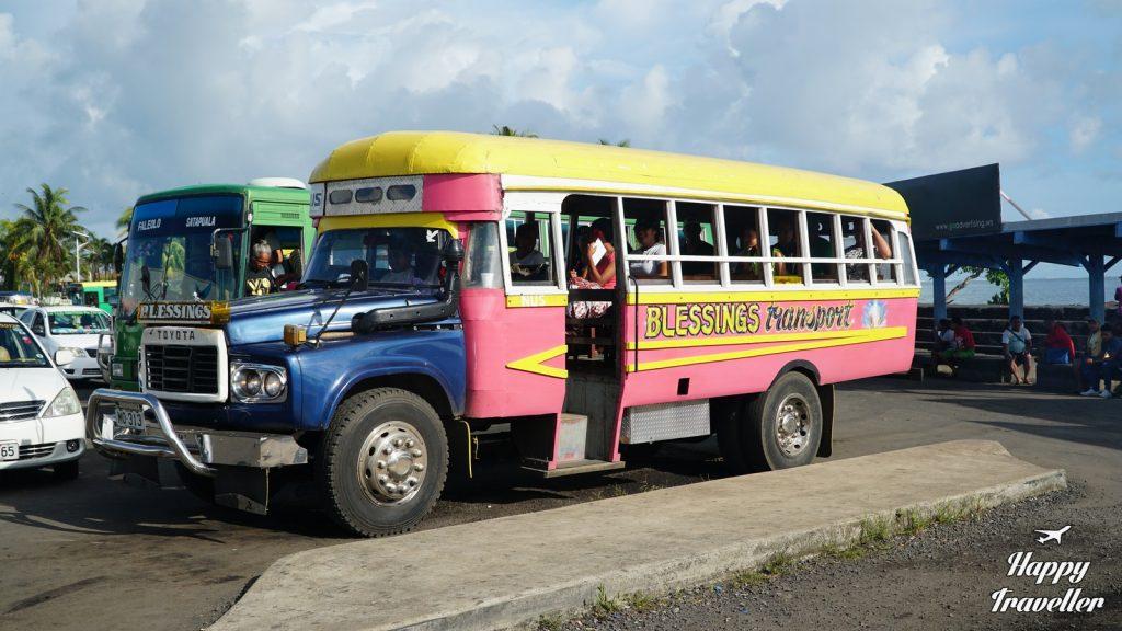Πολύχρωμο λεωφορείο στο κέντρο της Άπια, Σαμόα
