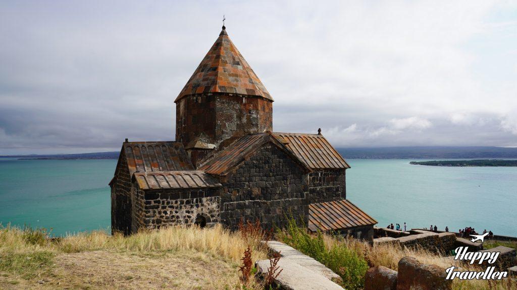 Εκκλησία με φόντο τη Λίμνη Σεβάν