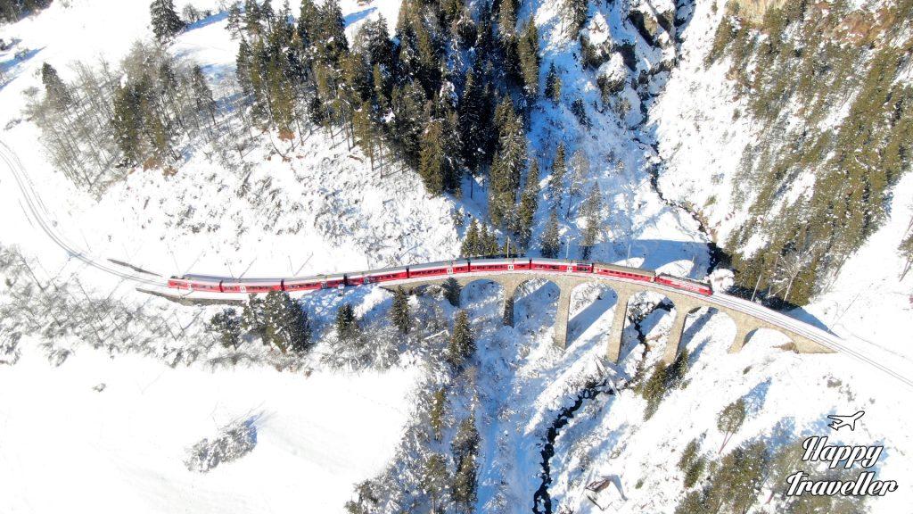 Το Bernina Express από ψηλά περνώντας από τις πανέμορφες γέφυρες