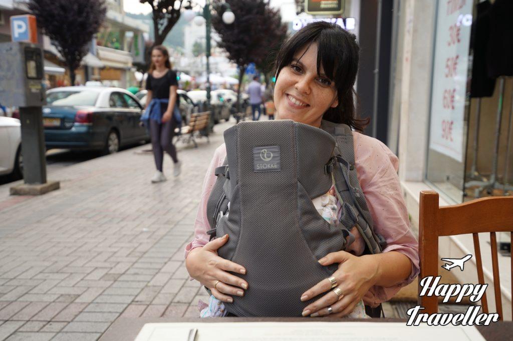 Η Ηλέκτρα με την μικρή στο μαγαζί του Σωτήρη με τα πασίγνωστα σουτζουκάκια
