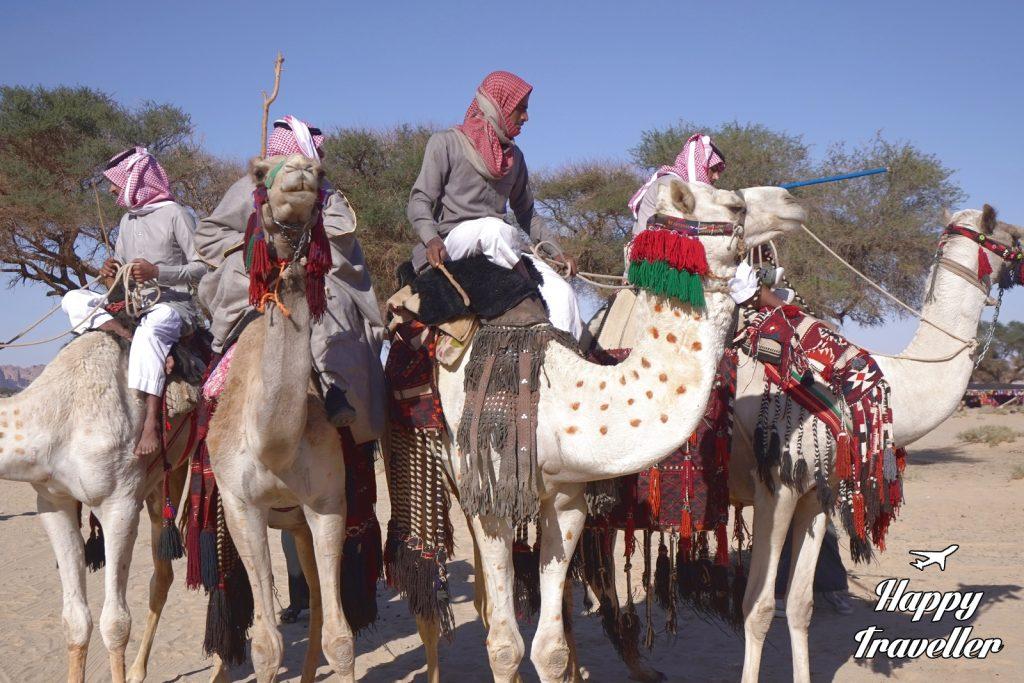 Βεδουίνοι σε παραδοσιακό χωριό μαζί με τις καμήλες τους