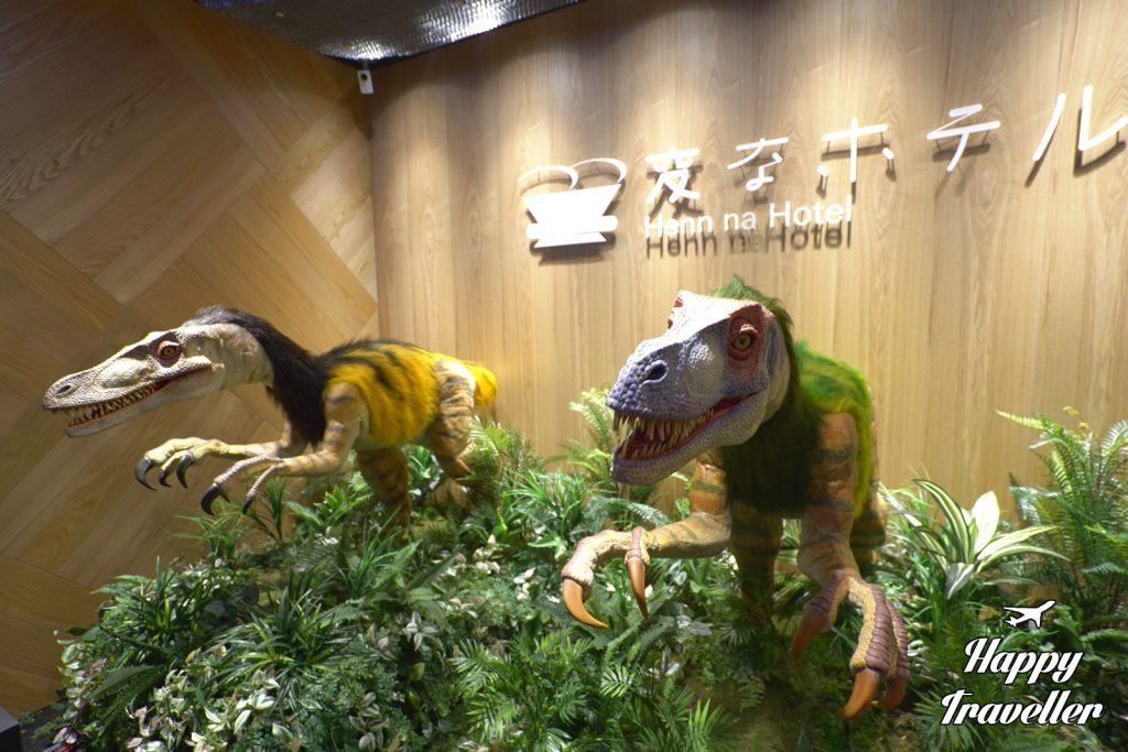 Οι ρεσεψιονίστ - δεινόσαυροι μας υποδέχτηκαν στο ξενοδοχείο