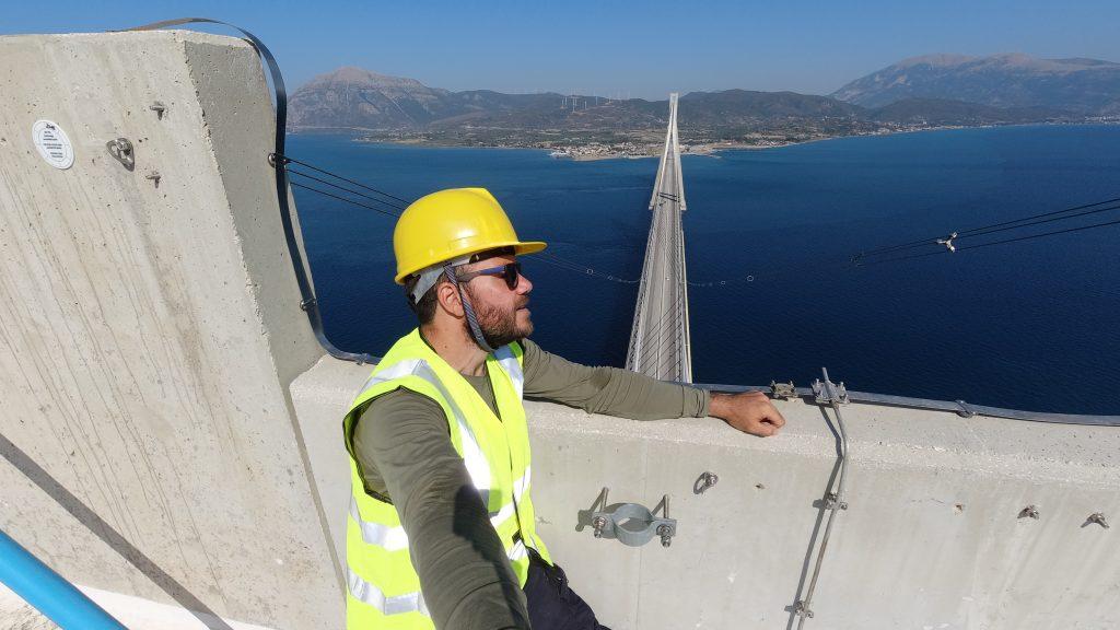 Ο Ευτύχης στην κορυφή της γέφυρας